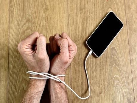 چرا باید وابستگی به موبایل را کاهش دهم؟